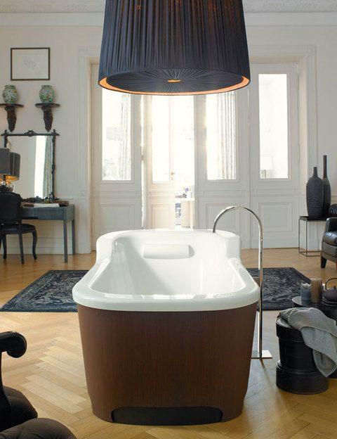 <p>Esta bañera Esplanade, con acabado en roble y faldón, está dotada de hidromasaje y luz. De Sergei Tchoban para Duravit, 6.690 €.</p>