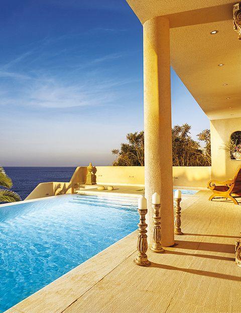 """<p><a href=""""http://www.capsis.com/"""" target=""""_blank""""> <strong>OUT OF THE BLUE, CAPSIS ELITE</strong> </a> <strong>, Creta (Grecia)</strong>. Este resort, formado por cinco hoteles, no se parece a la Grecia tradicional (nada de casitas blancas). Lo mejor es la elegante zona Divine Thalassa. <strong>¿Qué tratamientos ofrecen?</strong> Utilizan plantas cretenses autóctonas, miel, aceite de oliva y yogur, al igual que muy conocidas firmas de belleza. <strong>¿Qué terapia se recomienda?</strong> Una de las estrellas es el <i>Crystal Peeling</i>, una limpieza corporal que se realiza con una mezcla de sales del Mar Muerto y flores de azahar.</p>"""