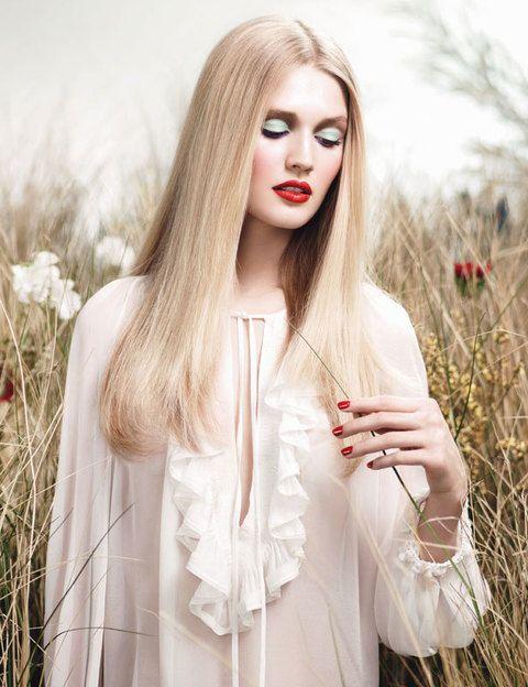 <p>Campestre y colorida: así es <i>Instant Bucolique</i> de <strong>Givenchy.</strong> Juega a los contrastes en tonos pastel y tiñe tu boca y tus uñas de rojo amapola.</p>