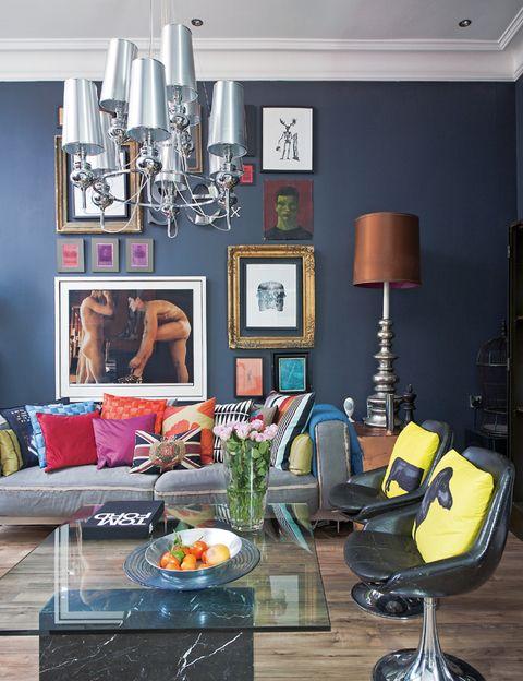 <p>Un sofá, de Ikea, con la funda puesta al revés, se viste con cojide Jimmie Martin, Missoni y John Lewis.</p>