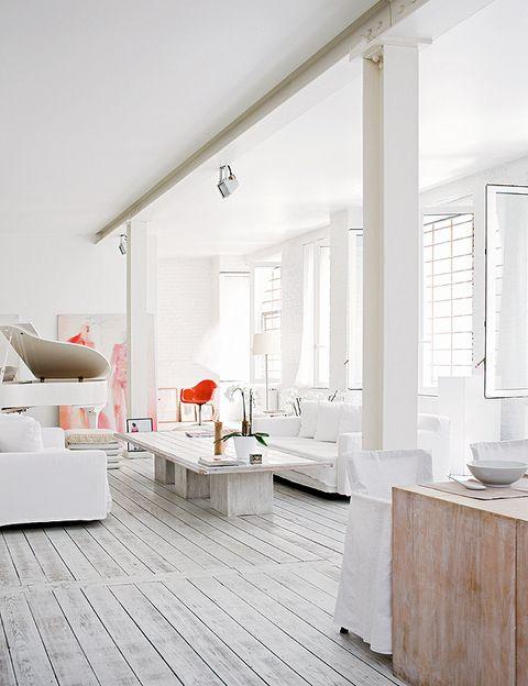 <p>La zona de acceso a esta segunda planta de la casa, el salón, el comedor... son ambientes que se suceden y además comparten un único espacio. Sólo quedan discretamente diferenciados por la acertada colocación de los muebles y por las columnas que funcionan como elementos decorativos. La gran altura del techo contribuye a crear esta sensación de amplitud.</p>