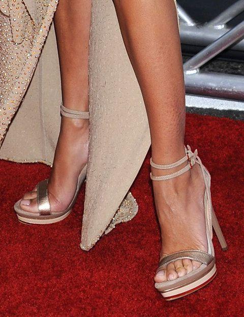 <p>Sin abandonar el total gold look, como complementos Penélope eligió unas sandalias doradas con tira doble al tobillo.</p>