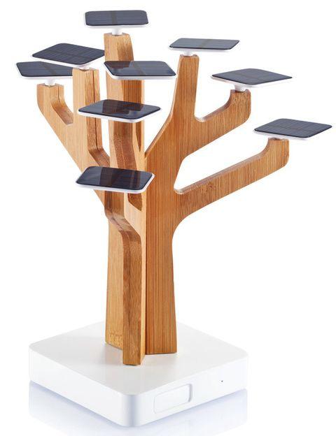 """<p>Este árbol cargador tiene 9 hojas cubiertas con placas solares para cargar tus aparatos electrónicos, tiene puertos USB y mini USB (103,5 €). Encuéntralo en <a href=""""http://www.laie.es/"""" target=""""_blank"""">Laie</a>.</p>"""