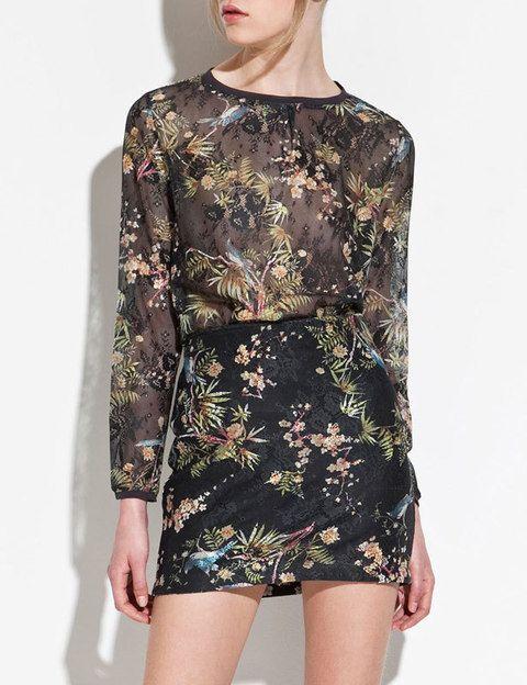 "<p>Falda (19,95 €) y blusa (25,95 €)de blonda en negro con print floral de <a href=""http://www.zara.com/webapp/wcs/stores/servlet/product/es/es/zara-S2012/189520/705021/CUERPO%2BBLONDA"" target=""_blank""><strong>Zara</strong></a>. </p>"