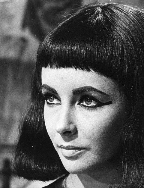 <p>Por algo era conocida como la mirada violeta, aquella que&nbsp; enamoró en películas como 'Cleopatra' o 'La gata sobre el tejado de zinc'. Sus ojos impactantes son todo un símbolo del Hollywood clásico, la belleza eterna, las fiestas llenas de glamour y joyas y, sobre todo, la clase y el talento.</p>