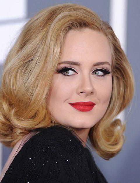 <p>Gracias a su tez blanca y perfecta, <strong>Adele </strong>luce espectacularmente unos labios mate en rojo puro. Un <i>makeup</i> de diez.</p>