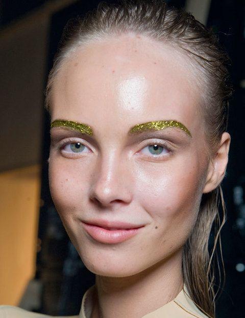 <p>Otra opción (esta vez mucho más discreta, sobre todo si eres rubia), es cubrir las cejas <strong>con purpurina dorada</strong>. Para que no se desprendan aplícate un poco de fijador encima.</p>