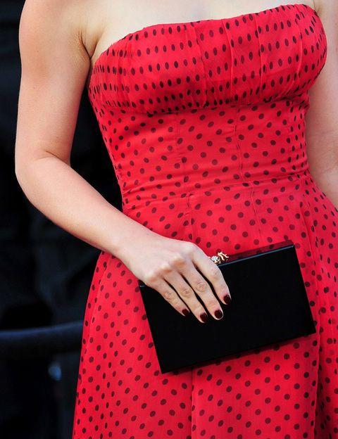 <p>La actriz apostó por un clutch rígido en negro, a juego con los topos de su vestido vintage.</p>