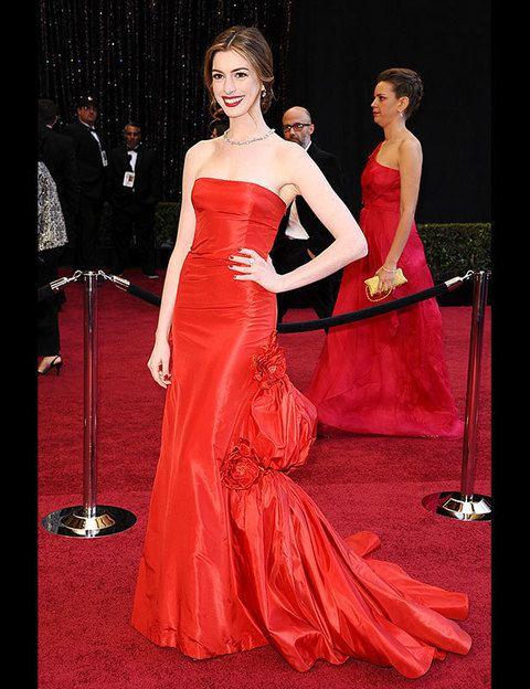 <p>La presentadora más joven de los Oscar no decepcionó. Anne Hathaway eligió un <strong>Valentino Couture 2002</strong> palabra de honor abullonado en la falda con el que estaba increible.</p>