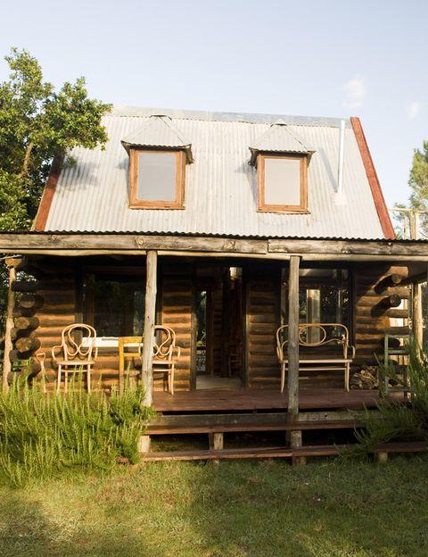 <p>Esta vivienda se encuentra olvidada del mundo y está compuesta por dos cabañas unidas. La original, en la imagen, está elevada sobre pilotes de madera para evitar la humedad.</p>