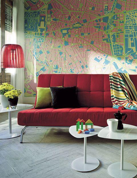 <p> Dos tonalidades complementarias, el blanco y el rojo se conjugan a la perfección para dar como resultado una atmósfera con un aire retro muy divertido. ¿Las piezas estrella? El sofá-cama libro acolchado modelo <i>Rex,</i> 495 €, con cojines en gris y verde, mod. <i>Sabine,</i> 17 €; las mesitas de vidrio blanco mod. <i>Charon,</i> 190 €/juego de 3, y la lámpara de techo <i>Josephine,</i> con tiras de poliestireno, 82 €. Todo <br />de venta&nbsp; en El Corte Inglés.</p>