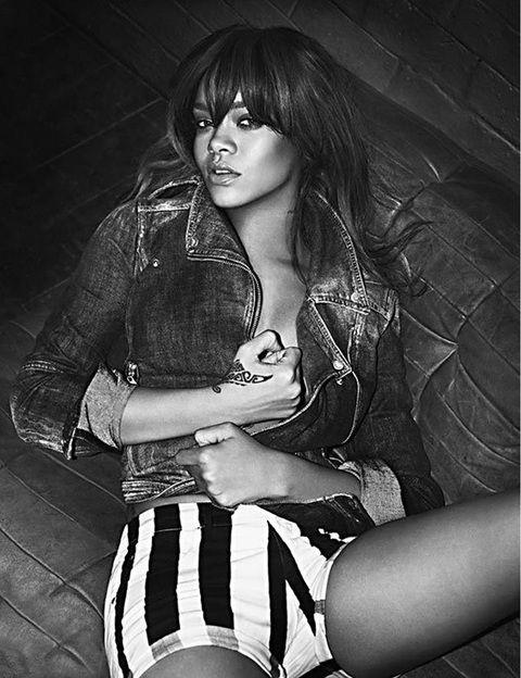 <p>En esta imagen la cantante posa muy sexy tan sólo con una cazadora vaquera y unos shorts de rayas.</p>