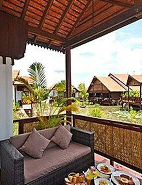 """<p><a href=""""http://www.suitesandsweet.com"""" target=""""_blank"""">Best Western Suites & Resort Angkor de Siem Reap</a> sigue la estética budista de estilo <i>khmer</i>, donde abundan grandes esculturas y espacios diáfanos. El hotel representa un pueblo flotante de Camboya y tiene tan solo 18 suites, distribuidas en 9 villas, equipadas con terraza, piscina y jardines. El paquete <strong>Dolce Vita</strong> (482 euros/2 personas) incluye alojamiento durante 3 noches, ofrece desayunos, minibar, regalos, coche privado con chófer, paseo en elefante, tratamiento de belleza y masaje relajante.</p>"""