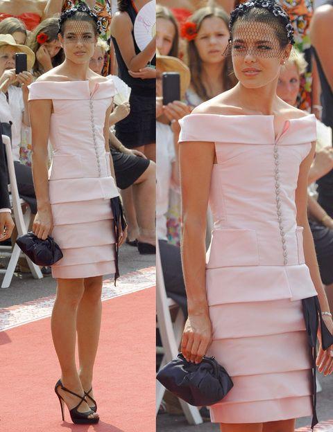 <p>Carlota Casiraghi es nuestra favorita con su <strong>Alta Costura Chanel </strong>rosa pastel abotonado con detalle de lazo negro en la cintura. Los complementos acompañaron el look y acertó con unas altas sandalias con plataformas y centradas, clutch, y estiloso tocado.</p>