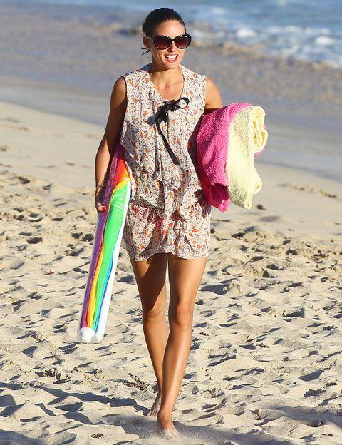 <p><strong>Olivia Palermo </strong>no renuncia a sus looks más trendy aunque sea para ir a la playa cargada con las toallas, la sombrilla...Su minivestido estampado con lazo negro en el cuello y sus gafas de sol XL consiguen un resultado de 10.</p>
