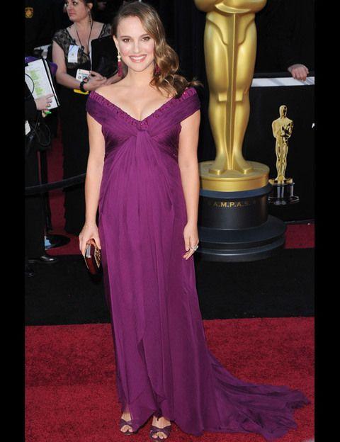 <p>Natalie Portman no podía fallar y no lo hizo. La actriz que ganó el Oscar a mejor actriz por 'Cisne Negro', escogió un vestido largo con escote en uve y hombros abiertos de <strong>Rodarte </strong>y sandalias de <strong>Jimmy Choo. </strong>Optó por un favorecedor peinado lateral y ondulado que dejaban ver sus originales pendientes.</p>