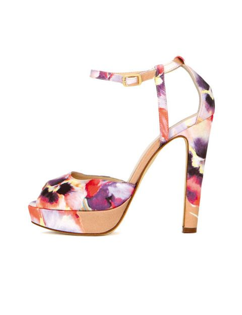 <p>El print floral invade también nuestros pies esta temporada. <strong>Blugirl</strong> le suma tonos pastel y una cómoda plataforma por 640 euros.</p>