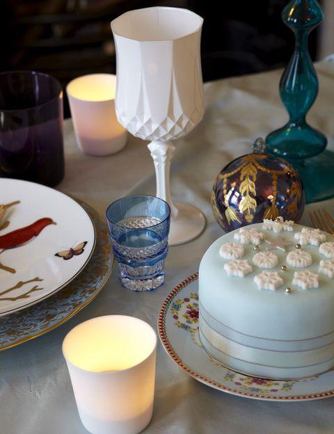 <p>Las copas blancas son de Arc International, y combinan con el resto de tonos pastel de la mesa. Bola de Navidad en Printemps.</p>