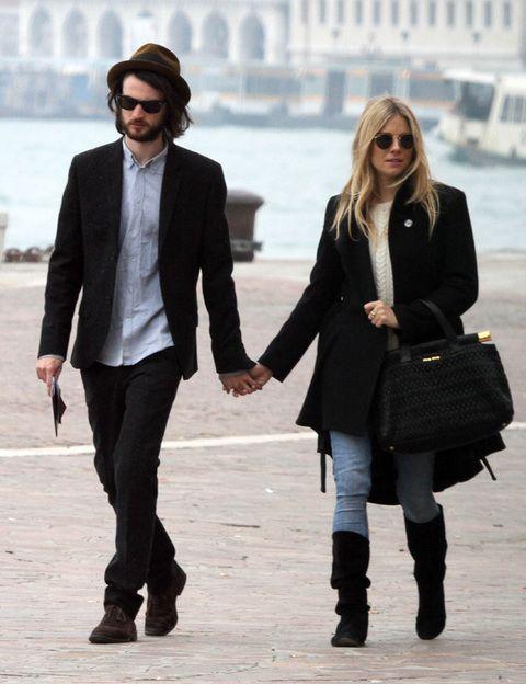 <p><strong>Sienna Miller y Tom Sturridge</strong> son el vivo ejemplo de pareja trendy. En sus <i>looks </i>predominan los tonos oscuros, los pantalones pitillos y las prendas denim. Por supuesto entre sus básicos no faltan los borsalinos, los fulares y las gafas de sol.</p>