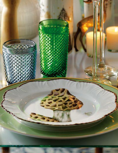 <p>Bajoplato verde, de Vista Alegre, plato de pan, de Pía Rubio, y cubertería, en Zara Home.</p>