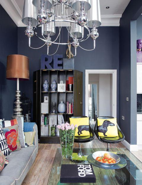 <p>La mesa y las butacas gemelas negras son de Auction y los cojines amarillos que forman la figura de un perro son de Jimmie Martin. El armario de metal se adquirió en una subasta en eBay y la lámpara de pie, en el anticuario Atomic, en Londres.</p>