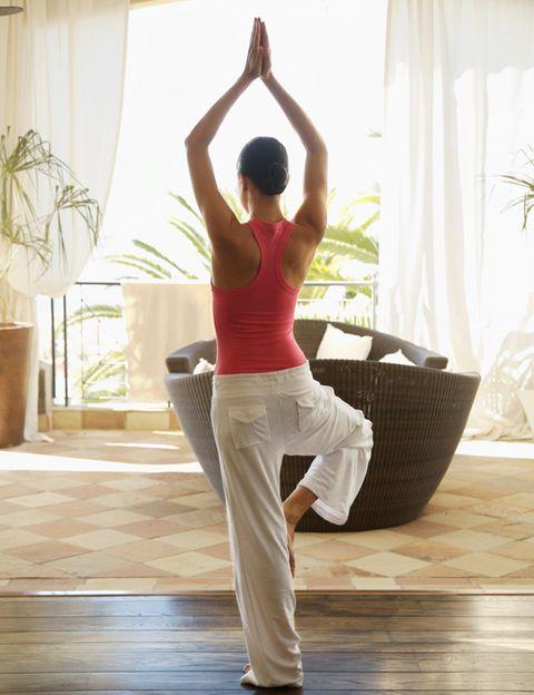 <p><strong>Aun sabiendo lo que tú vales y el tipo de hombre que quieres a tu lado, puede que tu autoestima no te permita creértelo.</strong> De hecho, éste es un problema muy común en las mujeres, que acaban aceptando relaciones inaceptables por sentirse poca cosa. <strong>¿Qué te ayudaría a pisar fuerte?</strong> ¿Tener un físico mejor y sentirte más seguridad en ti misma? Ambas cosas se pueden conseguir haciendo ejercicio. Por ejemplo <strong>yoga, una milenaria disciplina capaz de cambiar tu cuerpo y de proporcionarte autocontrol, calma y serenidad</strong>. Practicándolo te sentirás más fuerte, empezarás a controlar mejor tus emociones y comenzarás a irradiar una energía diferente, más positiva y atractiva para los demás.</p>