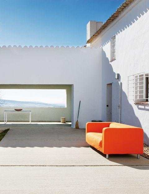 <p>Uno de los grandes atractivos de la vivienda es el porche, desde el que se puede obervar la majestuosidad del campo manchego.</p>