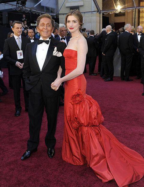 <p>La pareja de Anne Hathaway no podía ser otra que el diseñador Valentino, muy elegante con su traje negro y pajarita.</p>