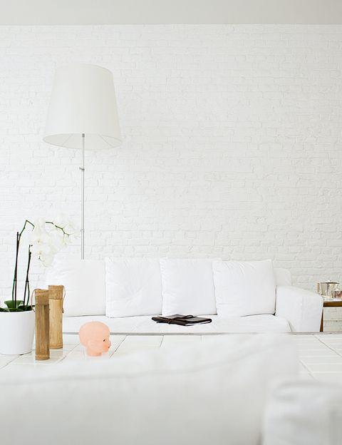 <p>Muebles, lámparas, cojines... Todo en blanco.</p>