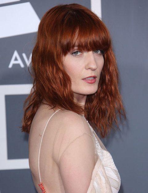 <p>Si en tus planes no entra cortarte el pelo, siempre puedes optar por cambiarle el color: si eres de piel pálida, emula a la cantante Florence Welch y dale un nuevo aire a tu melena con un rojo anaranjado. No pasarás inadvertida.</p>