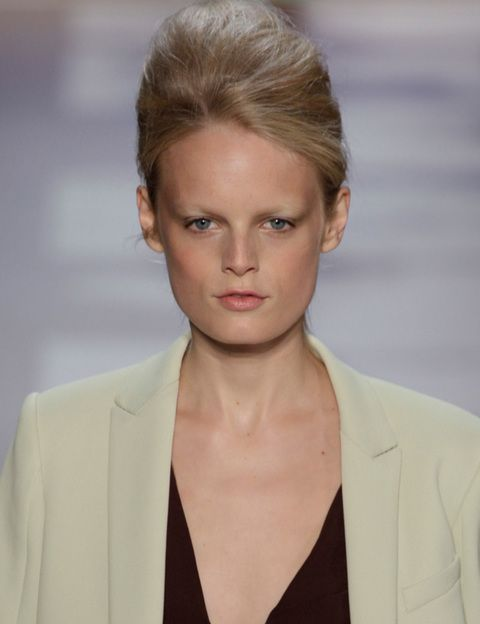 <p><strong>¿<i>Look lady</i>?</strong> Sí, con moño italiano y maquillaje natural.</p>