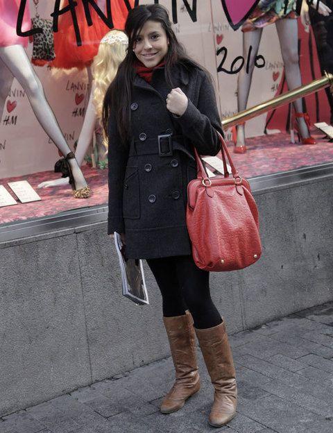 <p>Un look totalmente sobrio y discreto al que da mucha gracia con el maxi bolso de mano en rojo.</p>