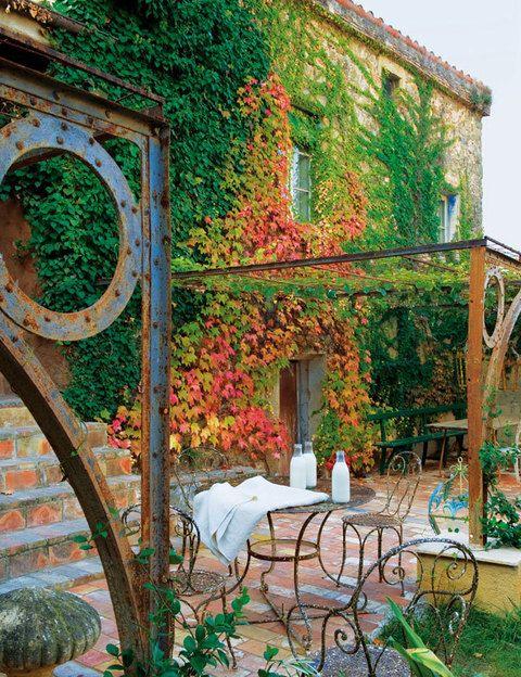 <p>La estructura de hierro del porche procede de la fundición de Gustave Eiffel en París. Mesa y sillas a juego de jardín francesas del s. XIX y mantel de Dalla Polvere.</p>