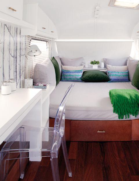 <p>La cama tiene un amplio arcón bajo el asiento. Es clave aprovechar al máximo el espacio.</p>