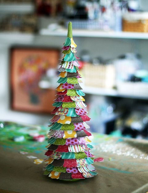 <p>Con un poco de cartón, papel de regalo, pegamento y mucha paciencia, puedes hacer algo tan bonito como este árbol de Navidad tamaño mini, que te servirá para decorar cualquier estantería o mesa de la casa.</p>