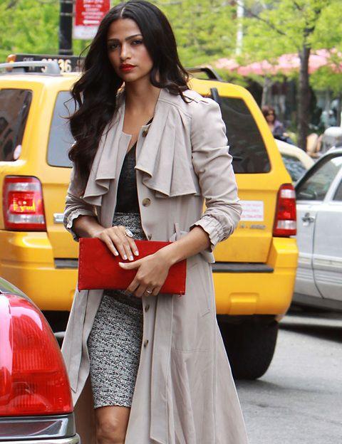 <p><strong>Camila Alves</strong> no descuida su estilo en ningún momento del día. Así de perfecta con su dos piezas de falda y top, gabardina y <i>clutch </i>rojo la vimos por Nueva York.</p>