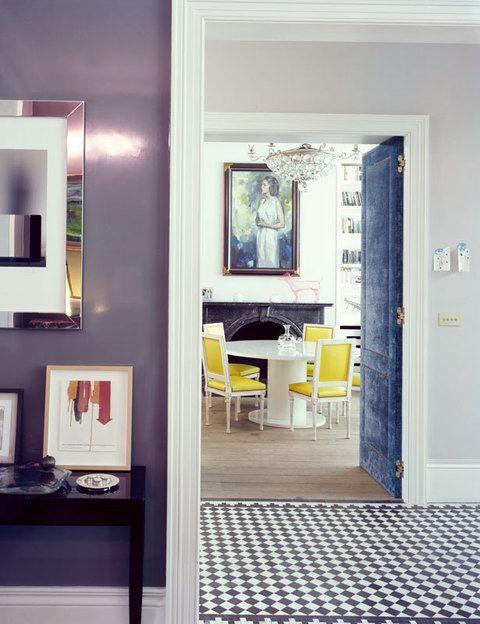 <p>Al comedor/biblioteca se accede a través de unas llamativas puertas tapizadas en terciopelo azul zafiro. La mesa es diseño de d'Ornano y su marido. Las sillas Louis XVI están tapizadas en piel amarilla.</p>