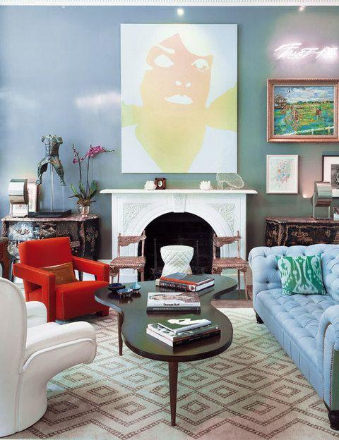 <p> La mesita, de T.H. Robsjohn-Gibbins, se rodea de un sofá de George Smith, un par de sillas de Claude Lalanne, la butaca Utrech, de Gerrit Rietveld y Elda de Joe Colombo en blanco. Alfombra de The Rug Company. Sobre la chimenea, lienzo de Gary Hume, escultura de Benedetta Mori Ubaldini y pieza de neón, <br />Trust Me, de Tracey Emin.</p>