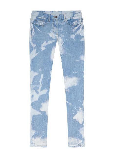 <p>Inspirados en el espíritu hippy de los años setenta, triunfan los vaqueros estampados en <i>degradé</i>. Jeans en color azul cielo de <strong>Sandro</strong> (165 euros).</p>