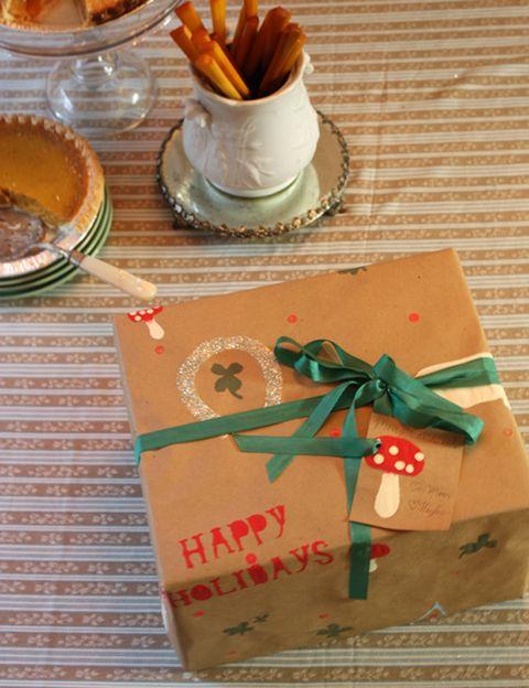 <p>Cada persona es especial, así que sus regalos también deberían serlo. En este blog te enseñan como fabricar en casa y personalizar el papel para envolver los regalos de tus Reyes. Fácil y bonito.</p>