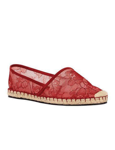 <p>Este clásico made in Spain ahora también se viste con el tejido rey del verano. Alpargatas planas de rafia y encaje en rojo de <strong>Valentino</strong> (340 euros).</p>