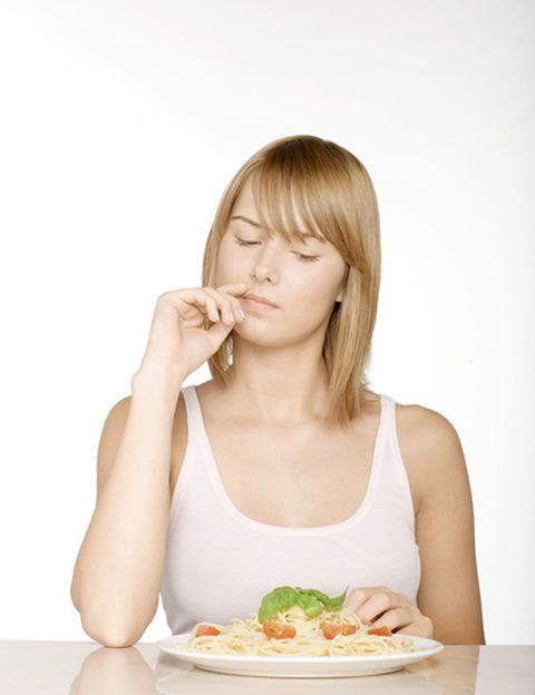 <p>Lo normal, si trabajamos de día y dormimos de noche, es que nuestro biorritmo funcione más o menos como hemos dicho al principio: <strong>entre las 5 am y las 5 pm el cuerpo consumirá energía; desde las 5 pm a las 5 am, almacenará y reparará</strong>. Pero tus ritmos cambiarán si sueles acostarte y levantarte muy tarde. En términos de nutrientes, si tu biorritmo es el normal, lo ideal es tomar los carbohidratos en la primera mitad del día, lo que te proporcionará energía inmediata y mejor humor. <strong>Por la tarde lo recomendable es hacer ingestas a base de proteínas para reparar los tejidos</strong>. Pero el <strong>chocolate</strong>, por ejemplo, es mejor tomarlo por la tarde, ya que estimula la melatonina, hormona que favorece la relajación y el sueño.</p>