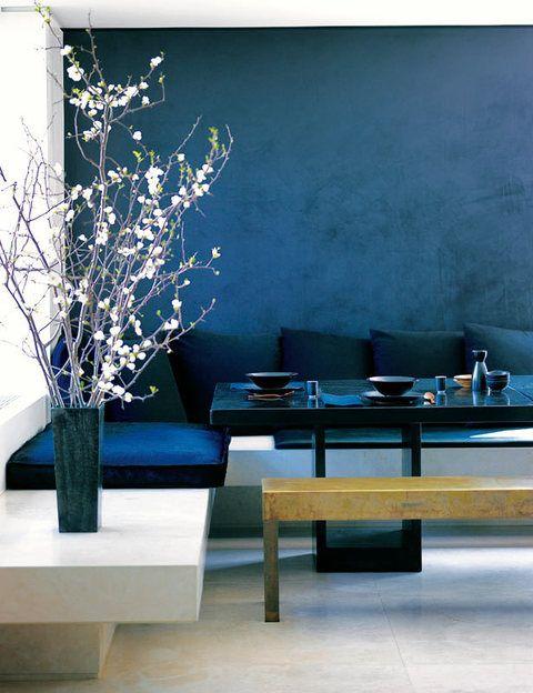 <p>Aire oriental en el comedor, un espacio multiusos que funciona como zona de trabajo y como lugar de reunión familiar. El toque sofisticado lo da el banco de madera con acabado de láminas de oro, en contraste con el blanco y negro dominantes.</p>