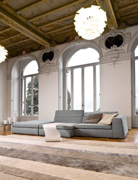<p>Mobiliario de líneas sencillas y rotundas, el sofá componible <i>Good Mood,</i> desde 1.610 €, y la mesa <i>Duffy,</i> 567 €, ambos de Bonaldo, perfecto para dar contraste a un salón clásico o potenciar un estilo más moderno.</p>