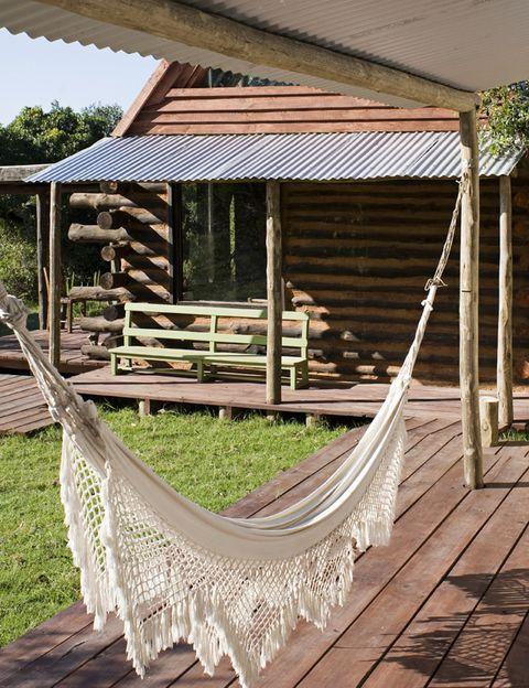 <p>La hamaca, adquirida en un mercado local, completa la zona de relax de la segunda cabaña.</p>