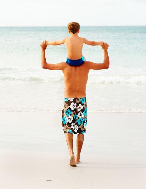 <p><strong>Es el ejercicio más fácil, barato y suave que podéis hacer juntos</strong>, ideal si los abuelos también han ido con vosotros de vacaciones. Para empezar, podéis dejar el coche aparcado e ir andando a todas partes para evitar unas vacaciones sedentarias. La playa, por la arena o el paseo marítimo, es un lugar ideal para caminar <strong>beneficiándoos del aire y el ambiente marino, de 'efecto spa'</strong>. En el campo podéis hacer rutas de trekking con monitor. Si tus hijos ya son mayores, podéis retaros a practicar power walking juntos, es decir, caminatas a paso rápido de al menos 40 minutos. <strong>Los beneficios. Caminar es un ejercicio beneficioso para todo el mundo</strong>, ya que supone un ejercicio cardiovascular suave, ayuda a controlar el peso, tonifica las piernas y proporciona un efecto relajante cuando se hace al aire libre. </p>