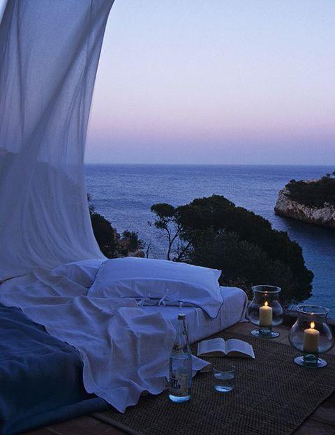 <p>Algunas mujeres fantasean con el lugar donde tendrán el encuentro sexual, en el que todo es maravillosamente romántico y perfecto. Estas serían las fantasías del personaje de <strong>Charlotte en <i>Sexo en Nueva York</i>: una cama llena de pétalos de rosa, una bañera rodeada de velas y champán</strong>, una glamurosa habitación de hotel, una playa paradisíaca y el hombre perfecto. Él siempre te coge en brazos, te besa apasionadamente y su forma de hacer el amor es una auténtica declaración de sus sentimientos. Esta fantasía es <strong>la típica escena de película romántica. Sólo te haremos una pregunta</strong>: si la tienes, ¿tu pareja es así en la vida real? </p>