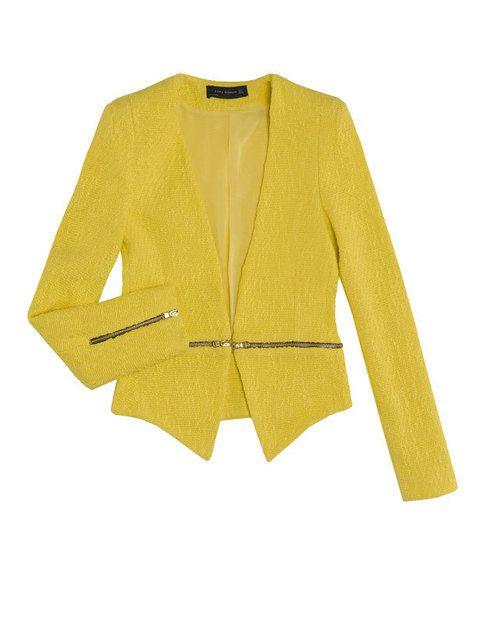 <p>Atrévete con el amarillo para dar color a un vestido liso, y destacarás. <strong>De Zara.</strong></p>