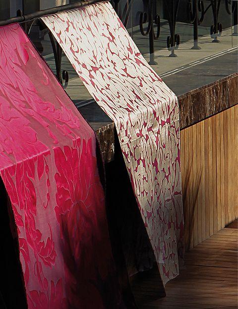 <p>En rosa, de <strong>Nobilis</strong>, <i>Gargantúa</i>, de 138 cm de ancho, 66% seda y 34% algodón, 193 €/m. En rosa y plata, col. <i> Pandora</i>, 100% trevira y 298 cm ancho, en <strong>Casa & Jardín</strong>, 149,94 €/m.</p>