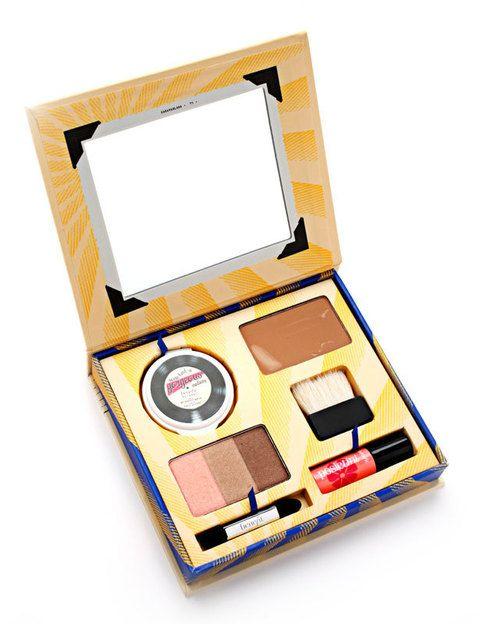<p>Kit de maquillaje <i>Cabana Glama</i> de <strong>Benefit</strong>.</p>